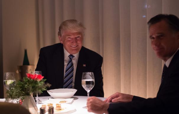 Romney firma la paz y elogia a Trump en una cena para ser secretario de Estado