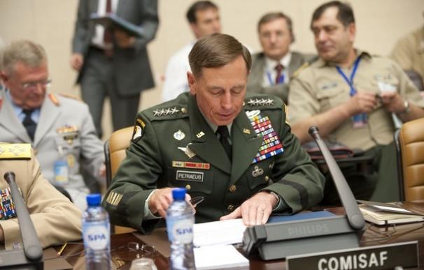 """Trump, """"muy impresionado"""" con el exdirector de la CIA, el general David Petraeus"""