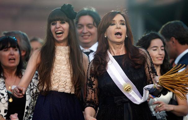 Cristina Kirchner, junto a sus dos hijos.