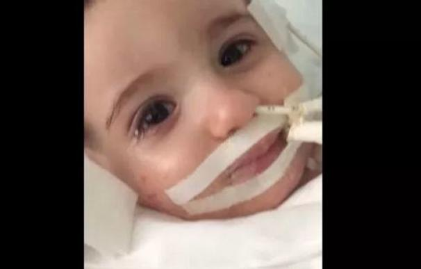 Marwa, una bebé de un año y medio, despierta del coma cuando los médicos estaban a punto de desconectarla