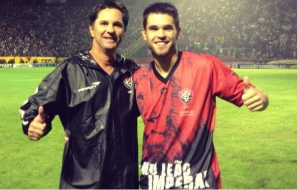 Matheus Saroli (derecha), junto a su padre fallecido
