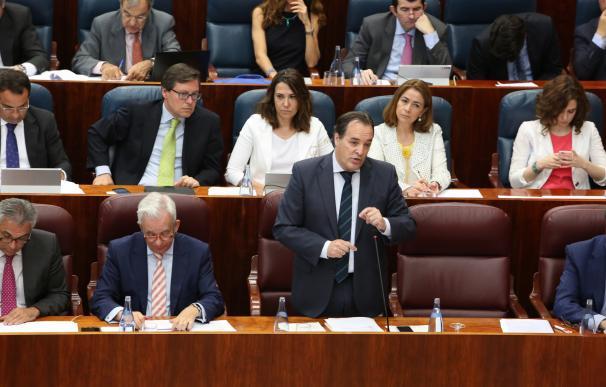 Cifuentes quiere que se aprueben los presupuestos si se presentan pese a la baja de González Moñux