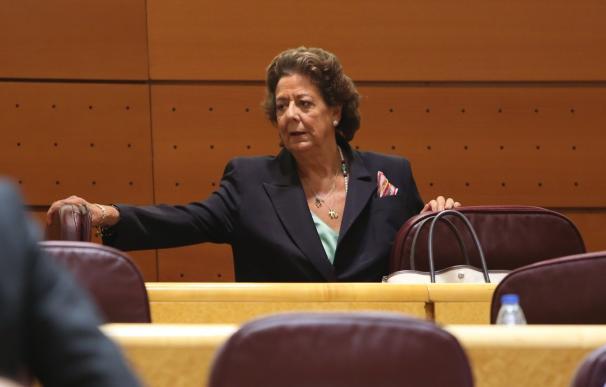 La senadora de Foro coloca un ramo de rosas amarillas y rojas en el escaño vacío de Barberá en el Senado