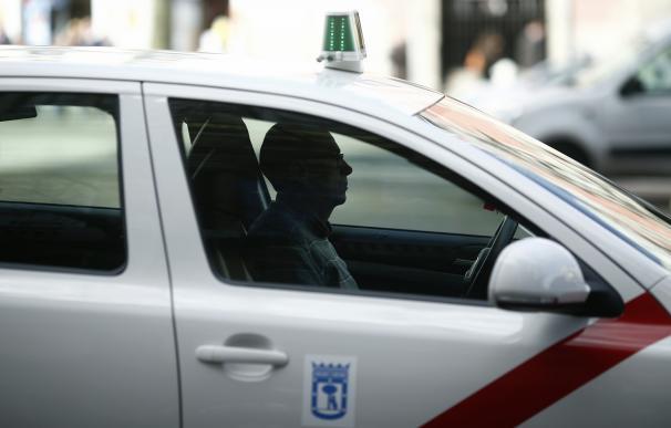 Madrid actualizará las pruebas para ser taxista y revisará la normativa para permitir mamparas