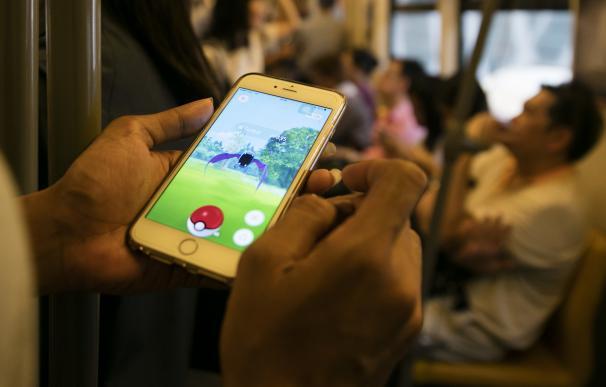 Un hombre juega a Pokemon Go en Bangkok. GettyImages.