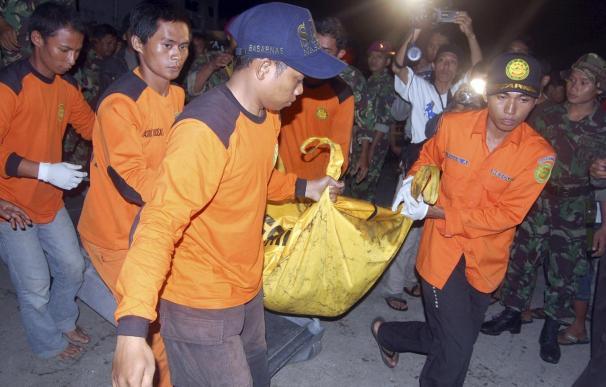 Hallan a 35 cadáveres y ascienden a 65 los muertos al hundirse una barca en la India