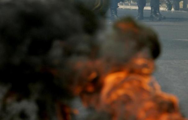 Trabajadores de Astilleros cortan dos puentes de acceso a Huelva