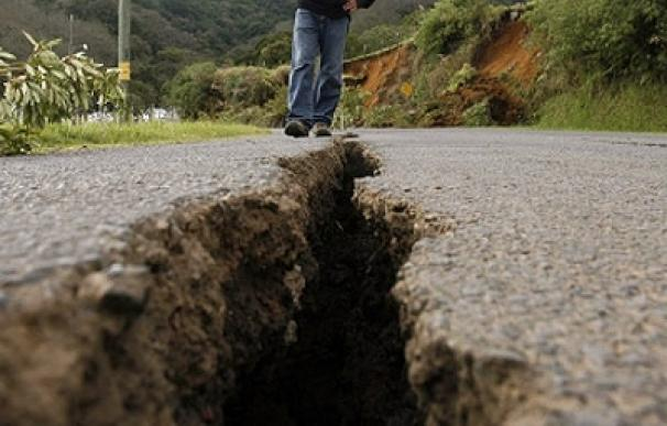 Un oficial inspecciona una grieta después del terremoto en San Pedro de Poas