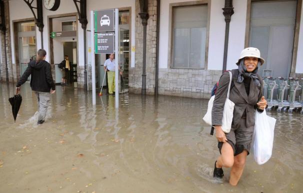 La lluvia corta el tráfico ferroviario y anega sótanos y calles de Granada