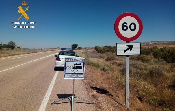 El 52% de los españoles reconoce exceder los límites de velocidad y el 13% que usa el móvil al volante, según un estudio