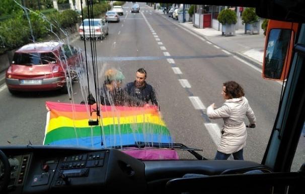 """HazteOir denuncia el ataque de un grupo de """"radicales"""" a su autobús en Valladolid"""