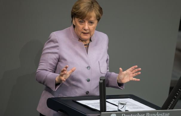 Merkel aboga por negociar desde el principio las obligaciones financieras de Londres por el Brexit