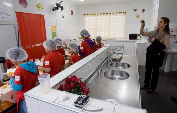 La infanta Elena visita un centro para niños con problemas sociales en Brasil