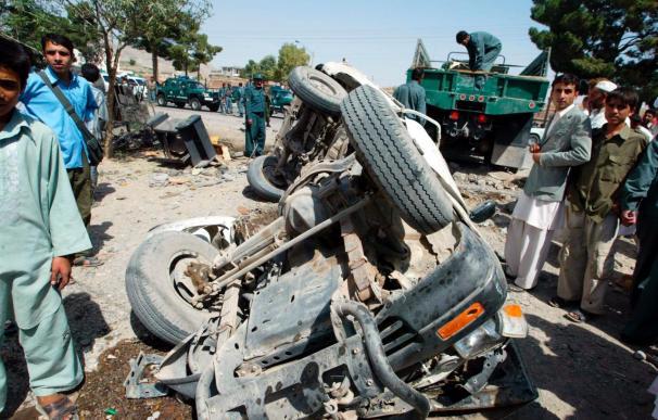 Mueren 12 civiles al explotar una mina al paso de un autobús en el sur afgano