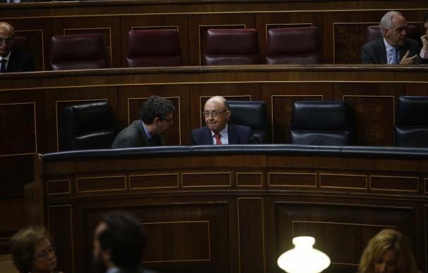 El PSOE negocia con Montoro el techo de gasto y propone incrementar ingresos con Sociedades y destopando cotizaciones