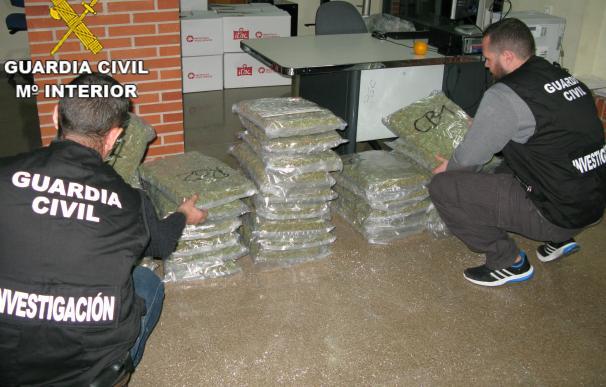 La Guardia Civil detiene a un hombre en Almussafes por llevar 41 kilos de marihuana en una furgoneta