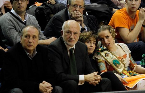 Juan Roig, junto a su hermano Fernando (a la izquierda), su mujer y una de sus hijas.