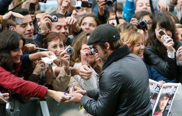 Brad Pitt dedica a sus fans sus primeros momentos en San Sebastián