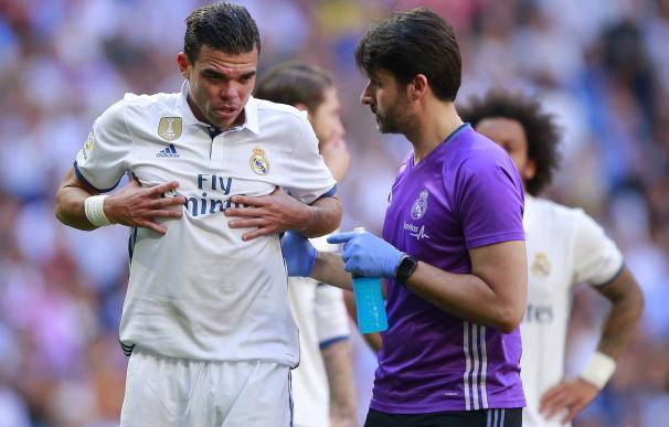 Pepe se duele de sus costillas en el partido ante el Atlético.