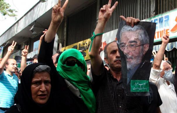 La Policía dispersa con dureza las protestas de los opositores a Ahmadineyad