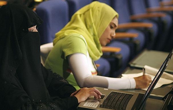 Una mujer marroquí usa un ordenador en Skhirat, cerca de Rabat (Rafael Marchante | Reuters)