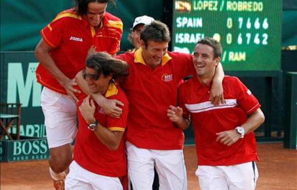Los jugadores celebraron el triunfo en la pista
