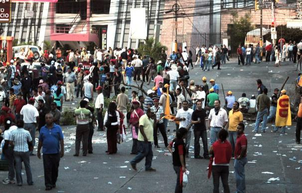Desalojan con gases y balas de goma a los seguidores de Zelaya ante la embajada de Brasil