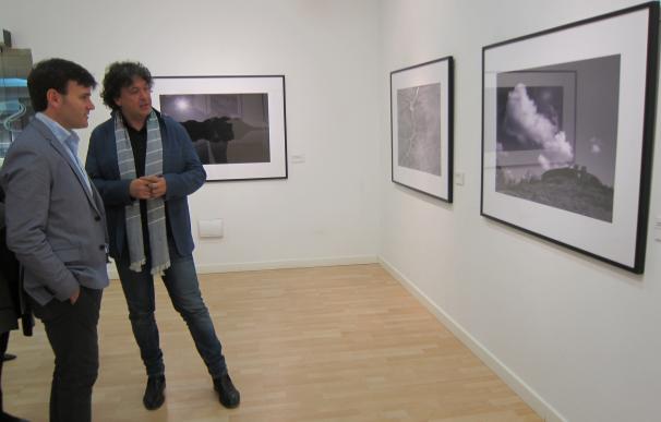 El fotógrafo Álvaro Fernández Prieto expone en Cáceres una serie de paisajes intervenidos por la mano del hombre