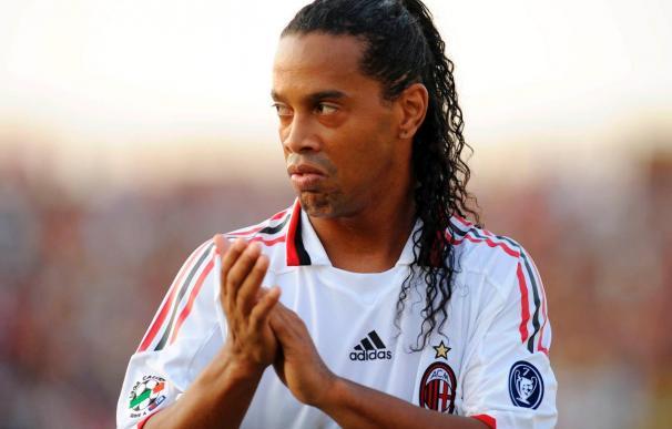 Ronaldinho niega que tenga intención de dejar el Milán antes de 2011
