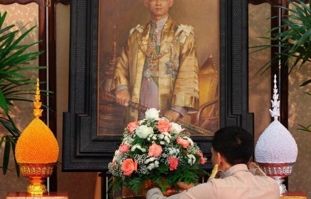 Mejora la salud del rey de Tailandia en su cuarto día ingresado en el hospital