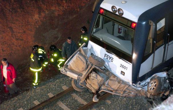 Una muerta y un herido muy grave al ser arrollado su coche por un tren FEVE