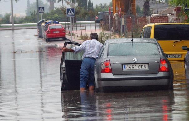 Rescatados varios conductores y suspendidas las clases por lluvia en Cartagena