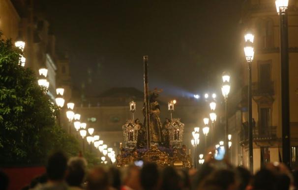 Varias estampidas interrumpen parcialmente el paso de algunas de las cofradías durante la Madrugá en Sevilla