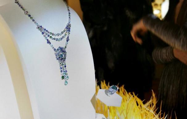 Zafiros con abejas de diamantes y cremalleras de oro blanco entre las colecciones de joyería