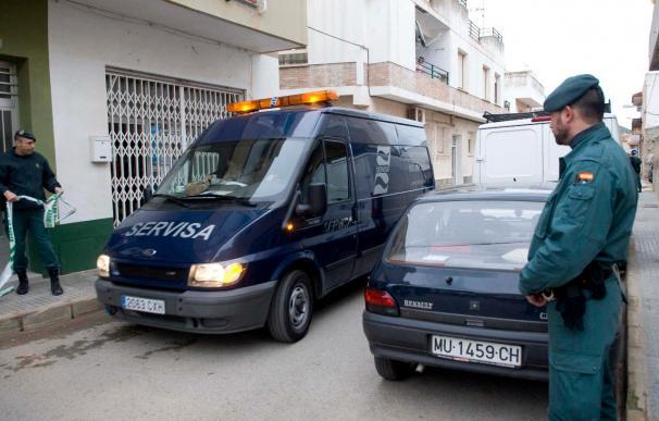 Cartagena condena en silencio la muerte de su vecina de Los Belones