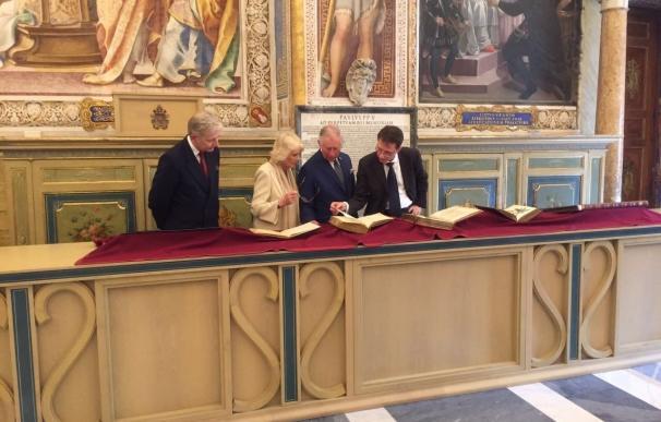 El Papa Francisco recibe a Carlos de Inglaterra y a su esposa Camila en el Vaticano