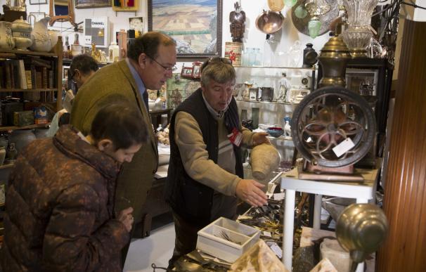 Instrumentos musicales, juguetes de principio de siglo o candelabros, entre los objetos de Almoneda Navidad