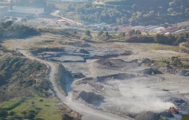 """Ecologistas de Montcada alertan de """"columnas de polvo"""" procedentes de la cementera"""