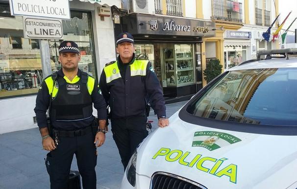 La Policía Local de Marbella ayudan a una pareja a dar a luz a su bebé en el interior de un coche