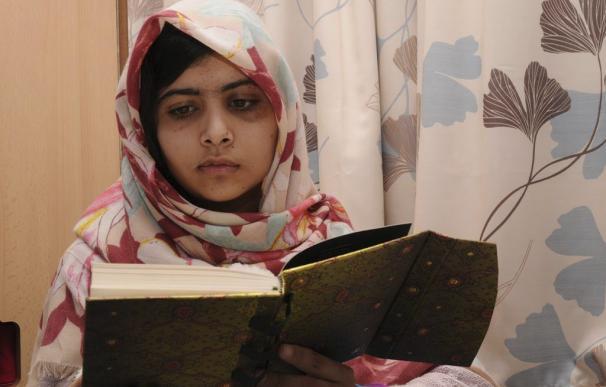 Malala Yousafzai leyendo un libro en el Hospital Universitario de Birmingham
