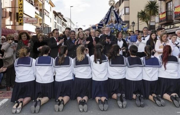 Los barquereños sacan en procesión marítima a la Virgen para festejar La Folía