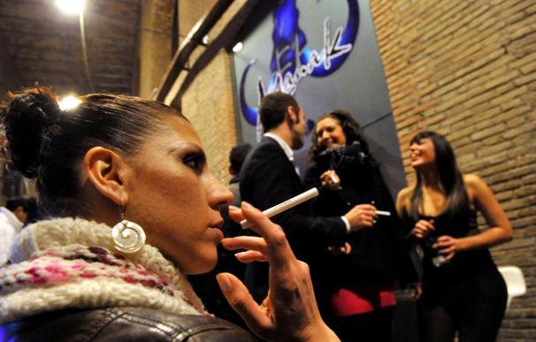 Un pub de Granada reparte cigarros sin humo entre sus clientes
