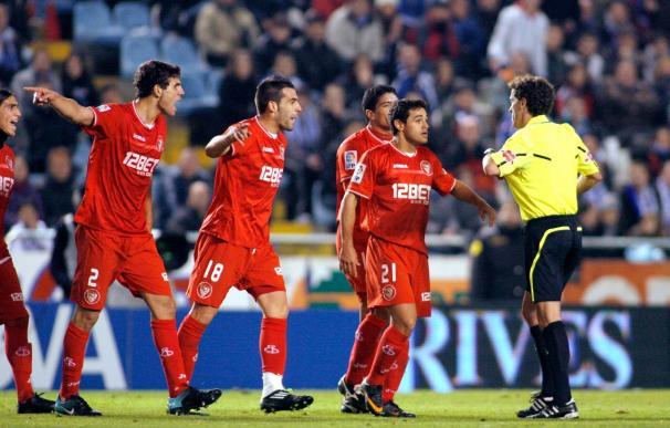 3-3. El Sevilla remonta en inferioridad, pero Laure rescata un punto para el Depor