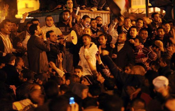 La policía volverá a las calles bajo control militar para prevenir el pillaje
