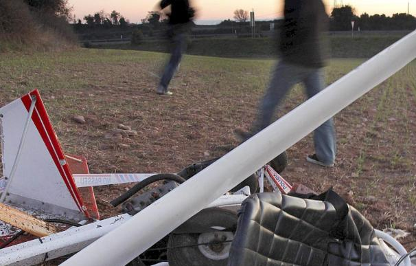 Dos heridos al precipitarse un ultraligero en el campo de vuelo de San Javier, en Murcia