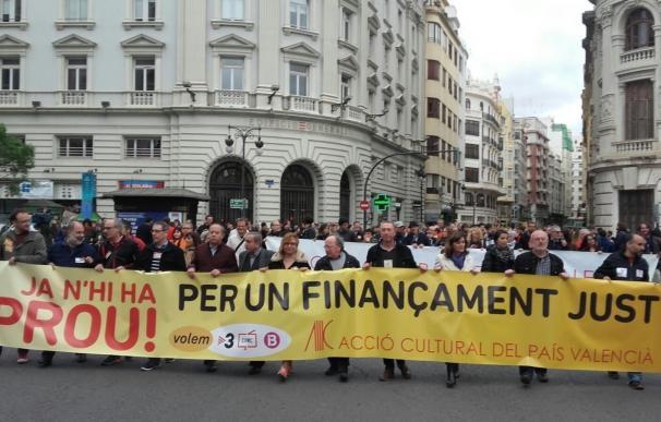"""La manifestación del 25 d'Abril dice """"basta"""" al Gobierno con una marea de muixerangues y castellers"""