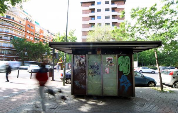 Una 'postal' urbana recurrente: la de los quioscos de prensa (como éste en el distrito de Arganzuela, Madrid) que lucen abandonados.