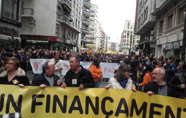 """La manifestación del 25 d'Abril dice """"basta"""" al Gobierno con una marea de muixeranga y castellers"""