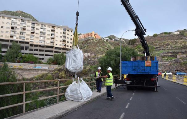 Retiran 25 toneladas de residuos en el barrio de Los Lavaderos (Tenerife)