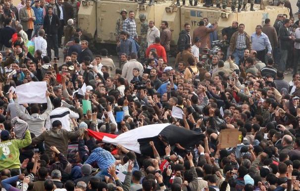 Miles de egipcios se dirigen al centro de El Cairo en un claro desafío al toque de queda